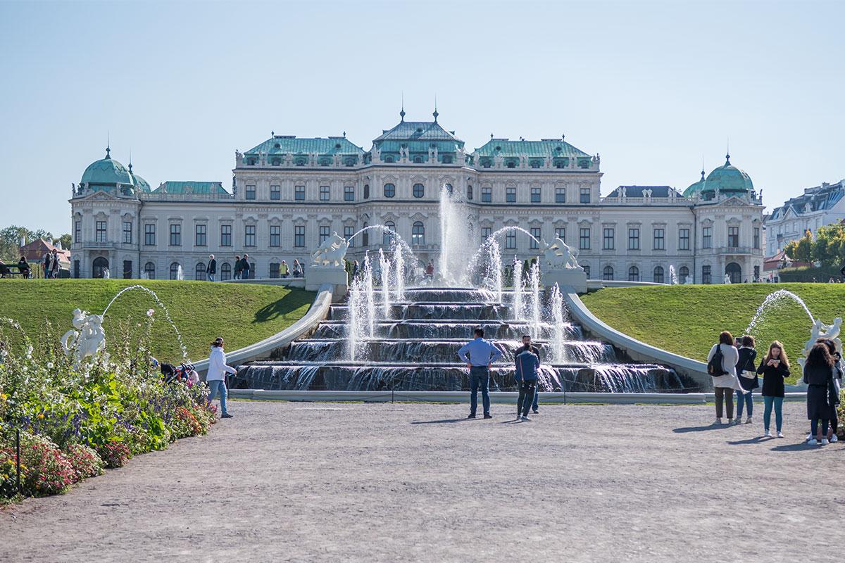 Струящаяся по лестничным ступеням вода привлекает внимание посетителей Бельведера в Вене, как и вздымающиеся вертикальные струи.