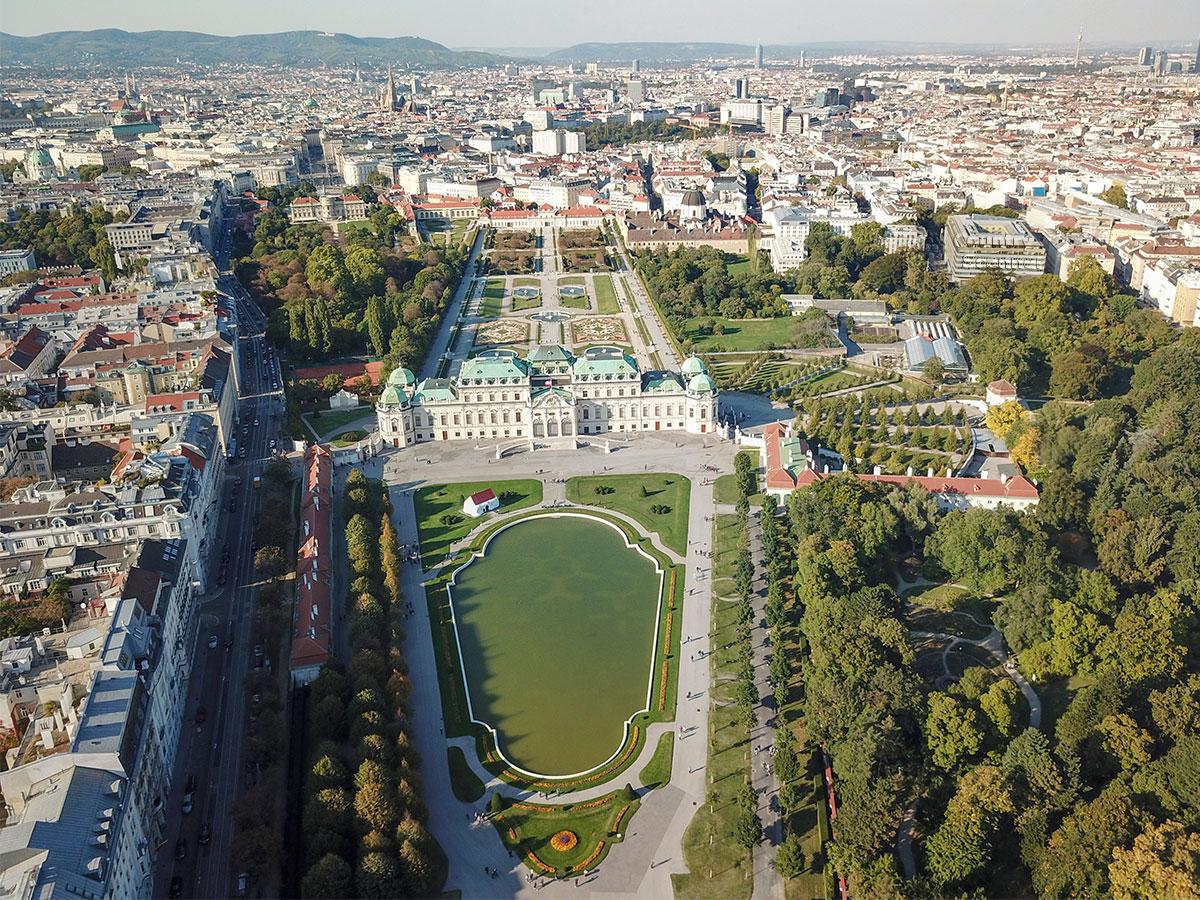 Резиденция полководца Евгения Савойского, комплекс Бельведер в Вене, состоит из парадного Верхнего и жилого Нижнего дворцов с километровым партером между ними.