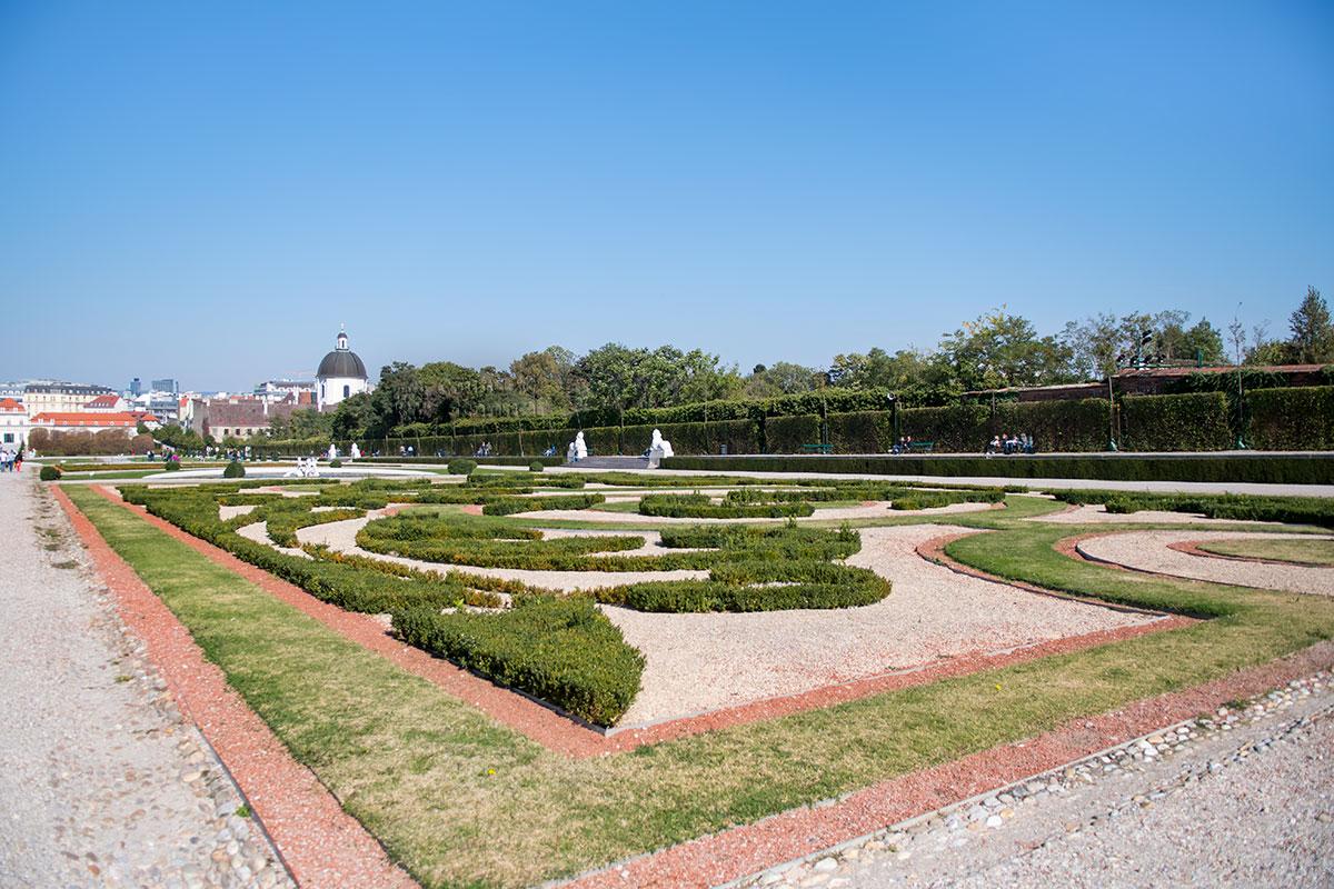 Садовники комплекса Бельведер в Вене создали в партере настоящие ковры из подстриженных кустов и травы, украшенные цветущими растениями.