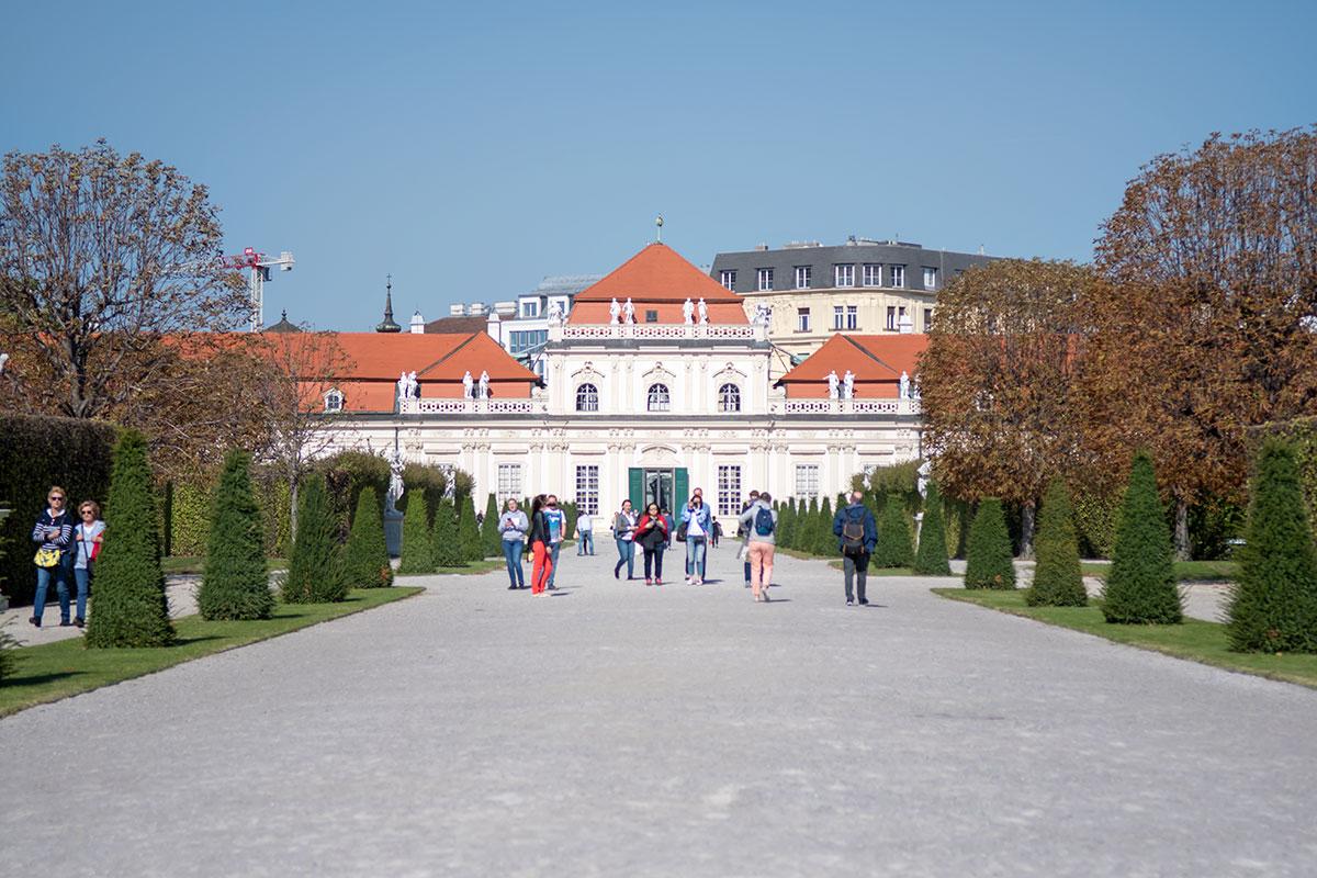 Построенный первым для проживания Евгения Савойского, дворец Нижний Бельведер в Вене выглядит гораздо скромнее более молодого собрата.