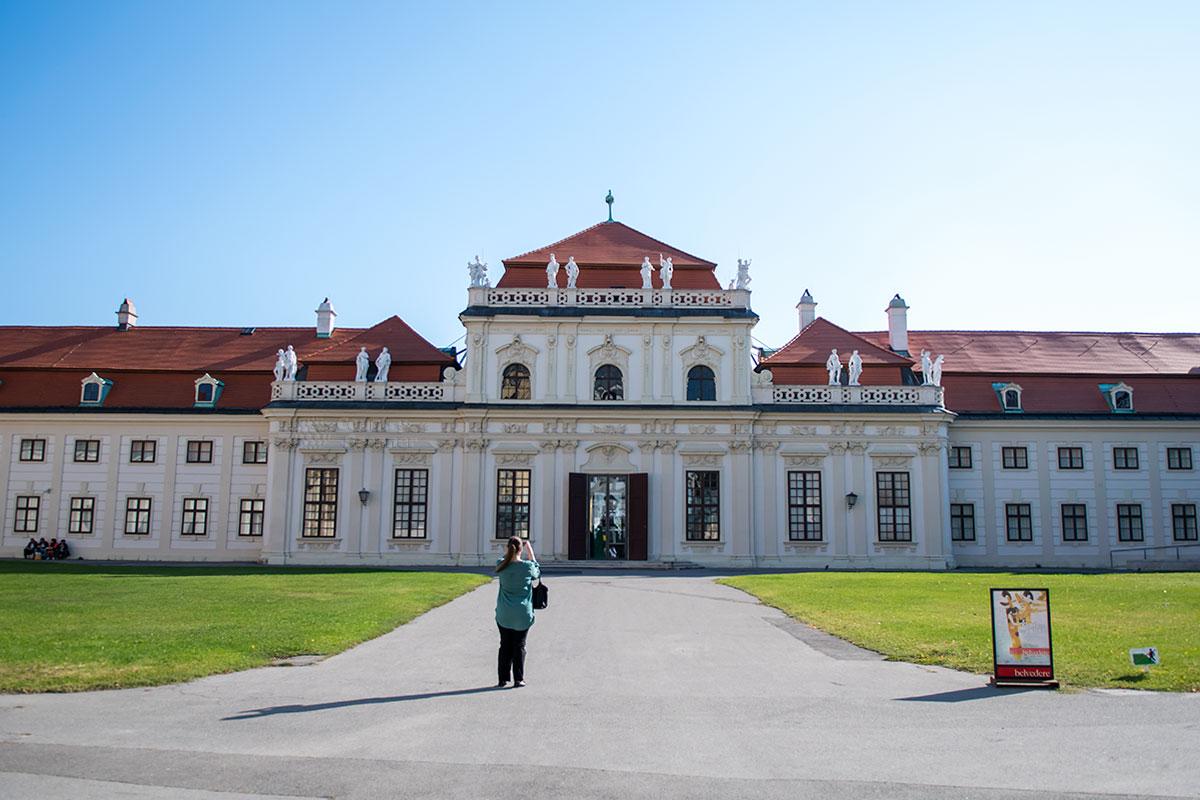 Со стороны внутреннего дворика Нижний Бельведер в Вене не мешают рассматривать городские здания, как при обзоре из партера.