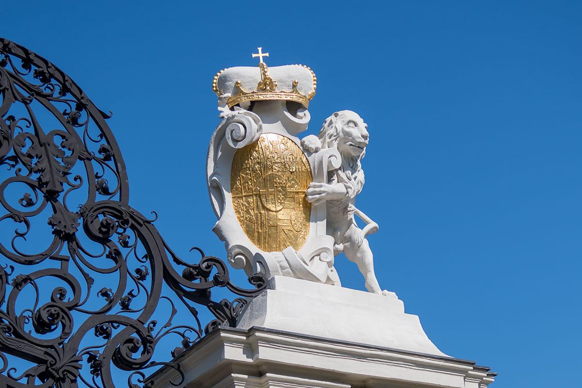 Декоративный элемент ворот Верхнего Бельведера в Вене символизирует геральдическую составляющую памяти о великом полководце.