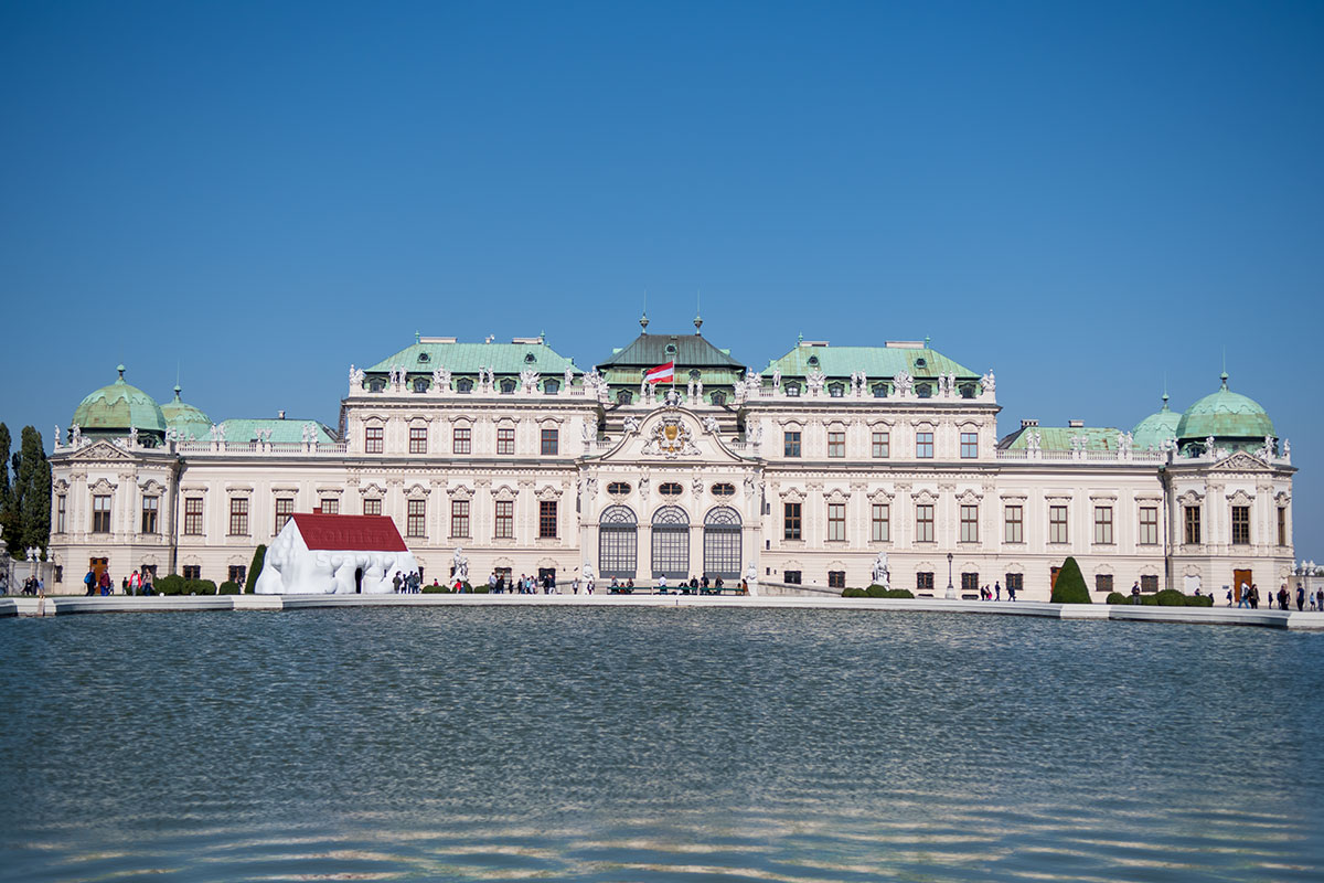 Расположенный возле большого пруда на вершине холма, представительский дворец Верхний Бельведер в Вене состоит из корпусов под отдельными крышами.