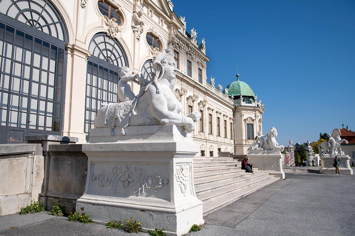 Перед входом во дворец Верхний Бельведер в Вене гостей встречают фигуры сфинксов, львиц с женскими головами и торсами, оседланные мальчиками.