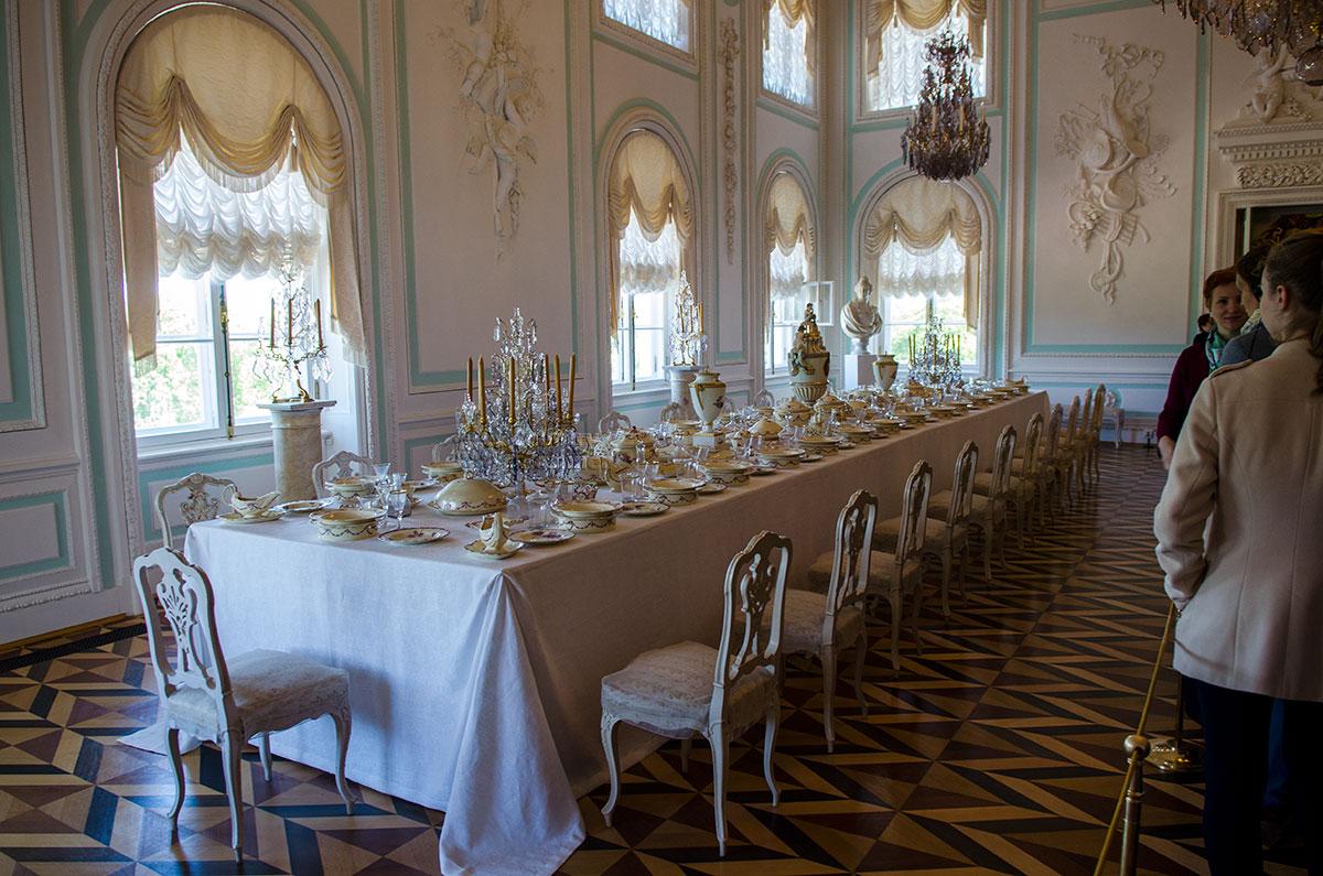 Наиболее скромное декорирование среди помещений Большого Петергофского дворца присуще Белому столовому залу.