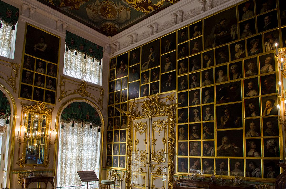 В оформлении Картинного зала Большого Петергофского дворца использовано более 350 женских портретов, созданных Пьетро Ротари.