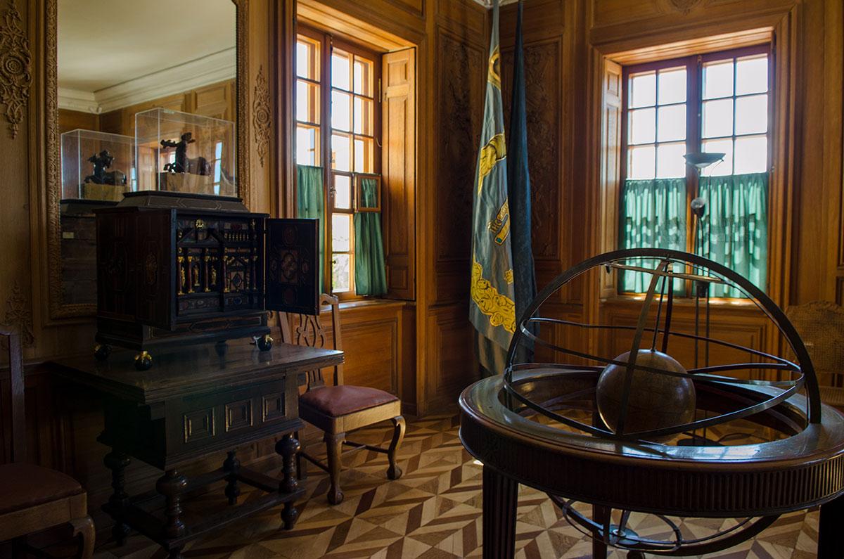 Обитый деревянными панелями Дубовый кабинет Петра Первого – самое старинное помещение Большого Петергофского дворца.