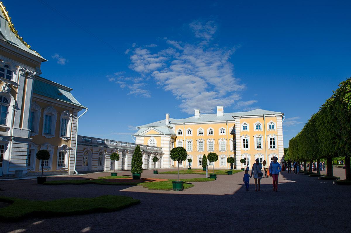 Внутренний двор Большого Петергофского дворца является составной частью регулярного Верхнего сада южной территории комплекса.