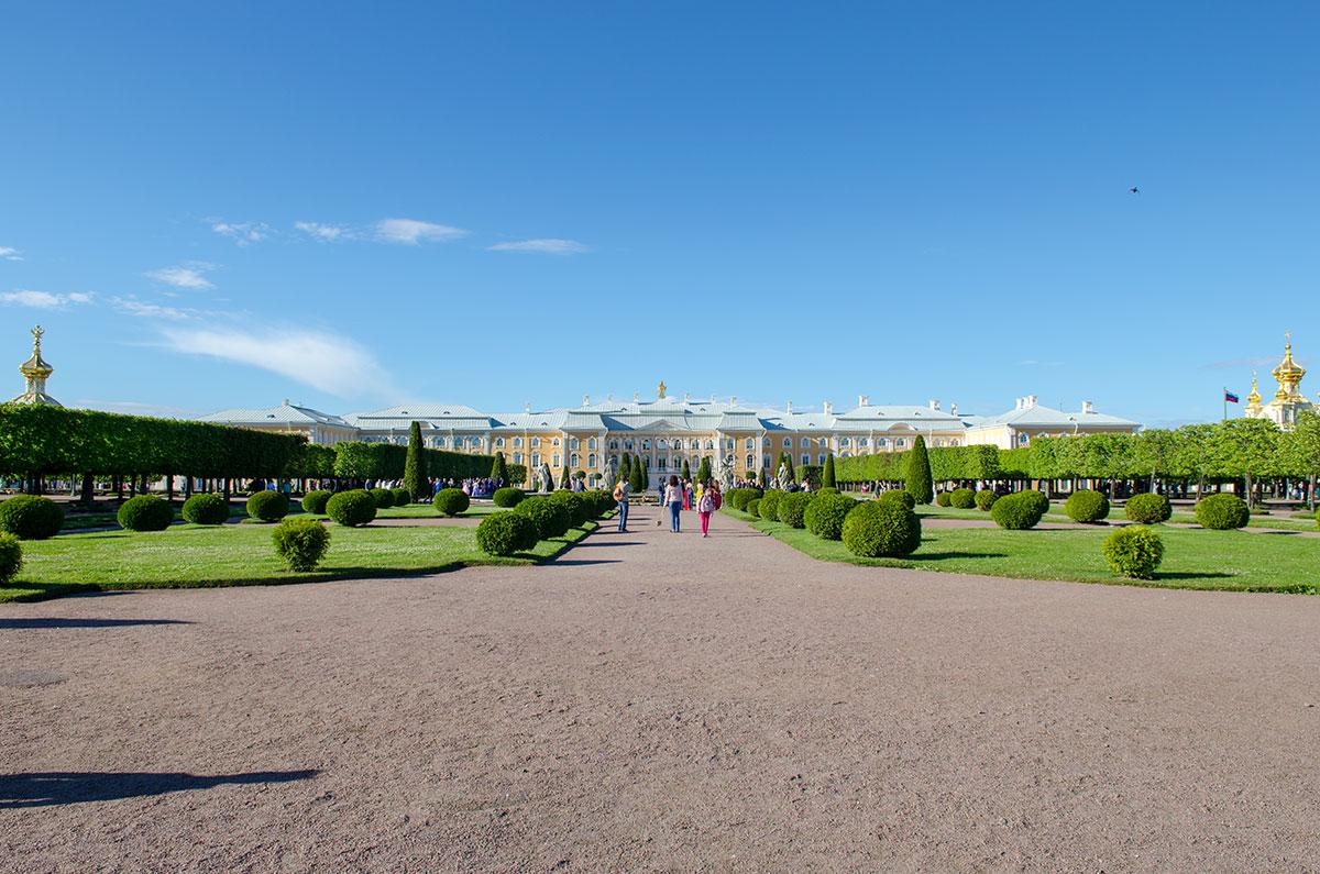 Обширная территория Верхнего парка с видом на Большой Петергофский дворец оформлена во французском регулярном стиле.