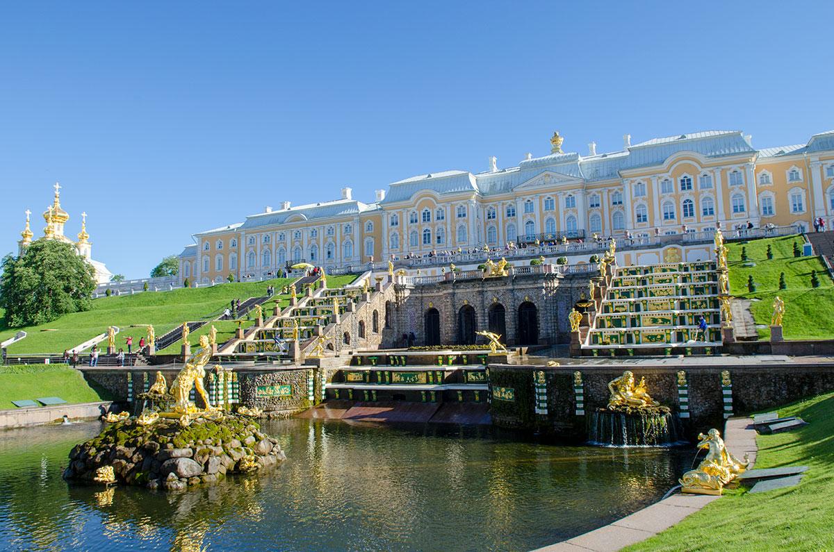 Полноводность потока по Морскому каналу от Большого Петергофского дворца не меняется после прекращения работы фонтанов.