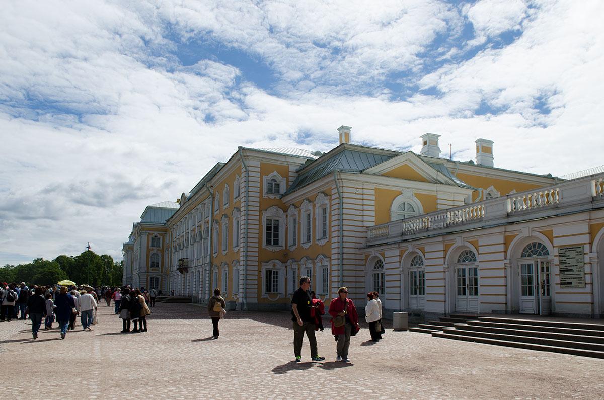 Большой Петергофский дворец начинался с небольшой постройки на ширину главного каскада фонтанов, теперь тянется на 300 метров.