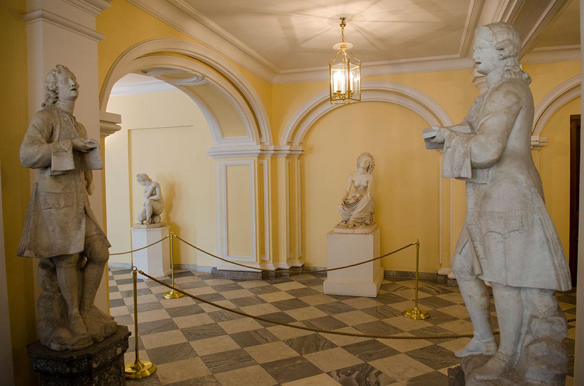Коридоры Большого Петергофского дворца, ведущие к знаменитой Парадной лестнице, украшены многочисленными скульптурами.