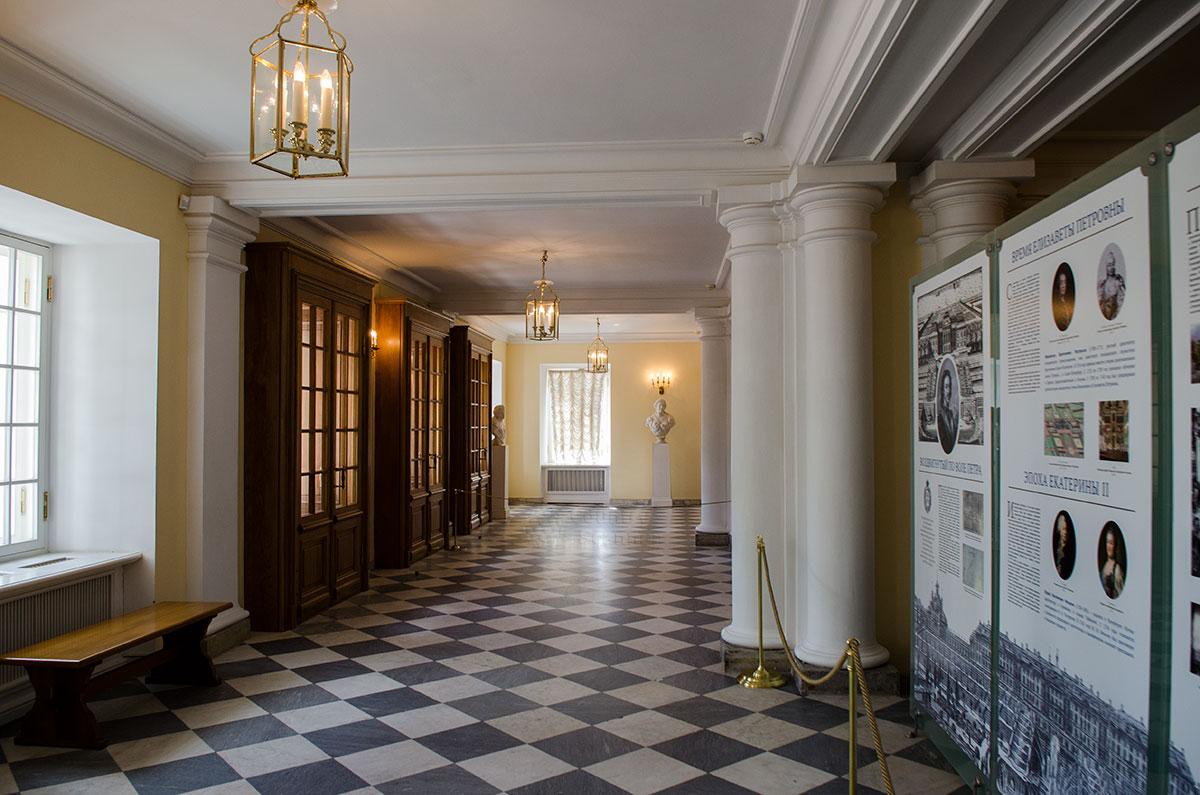 История строительства и переделок Большого Петергофского дворца изложена на стенде, установленном в его вестибюле.