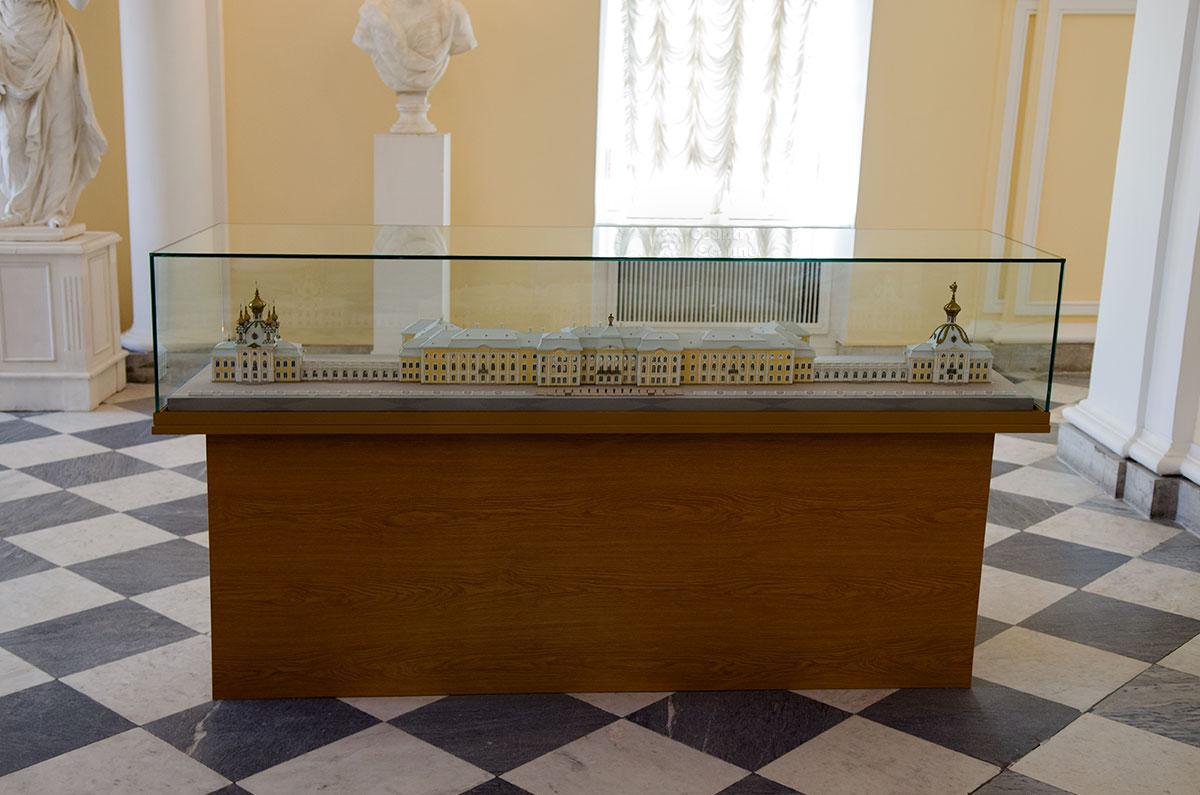 Уменьшенная копия Большого Петергофского дворца позволяет посетителям окинуть одним взглядом все громадное строение.