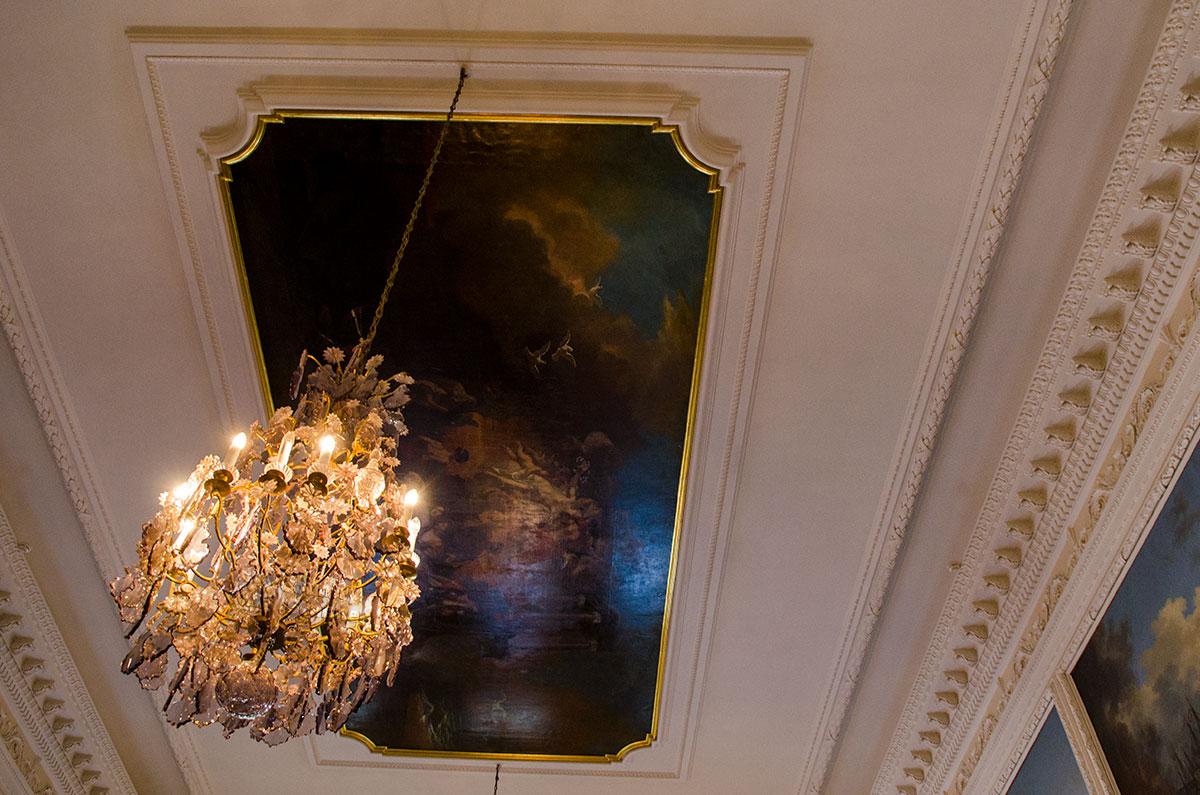 Чесменский зал Большого Петергофского дворца в бывшем Аванзале посвящен прославлению военных побед российского флота.