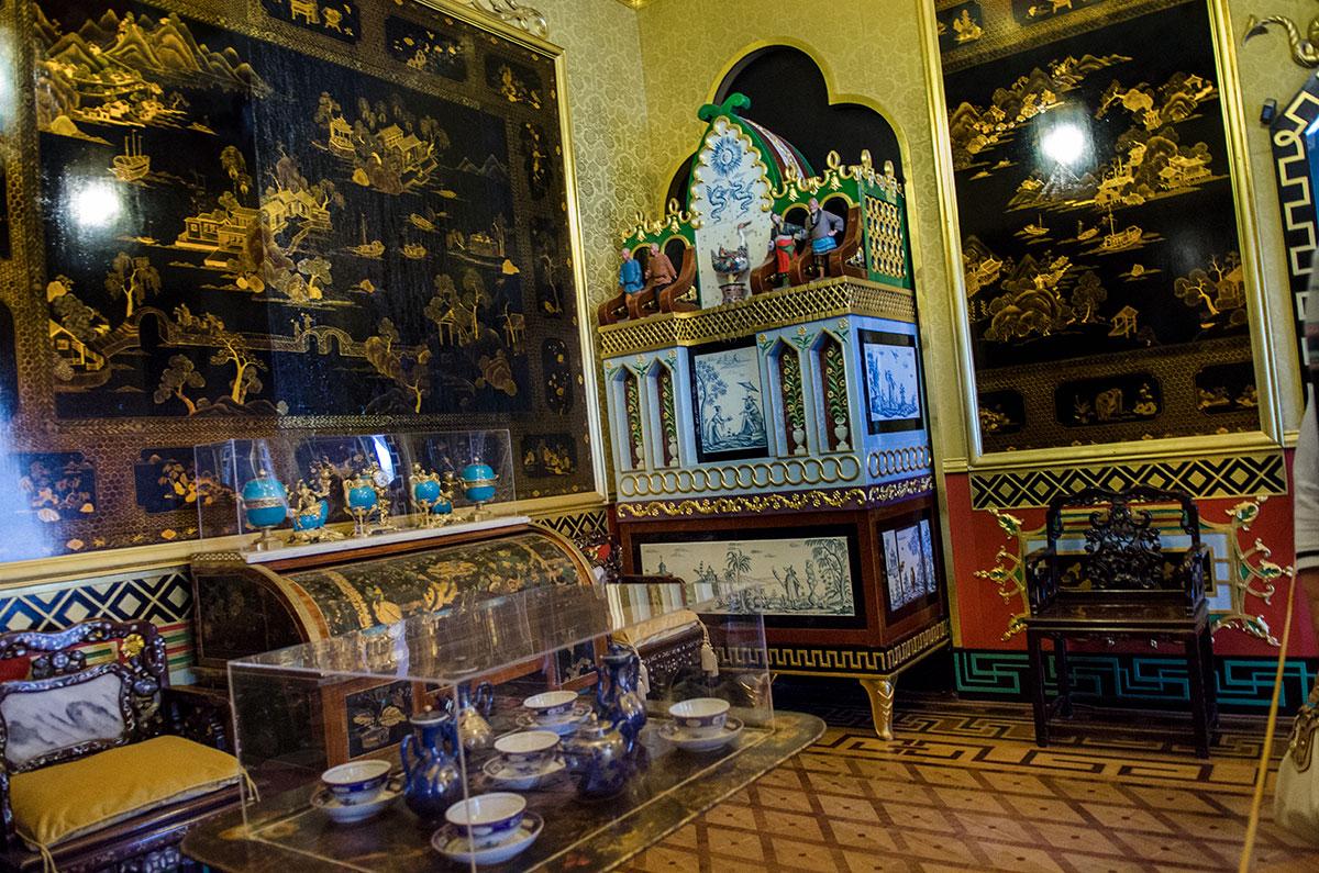 Западный Китайский кабинет Большого Петергофского дворца, как и его восточный собрат, оформлен в азиатском стиле.