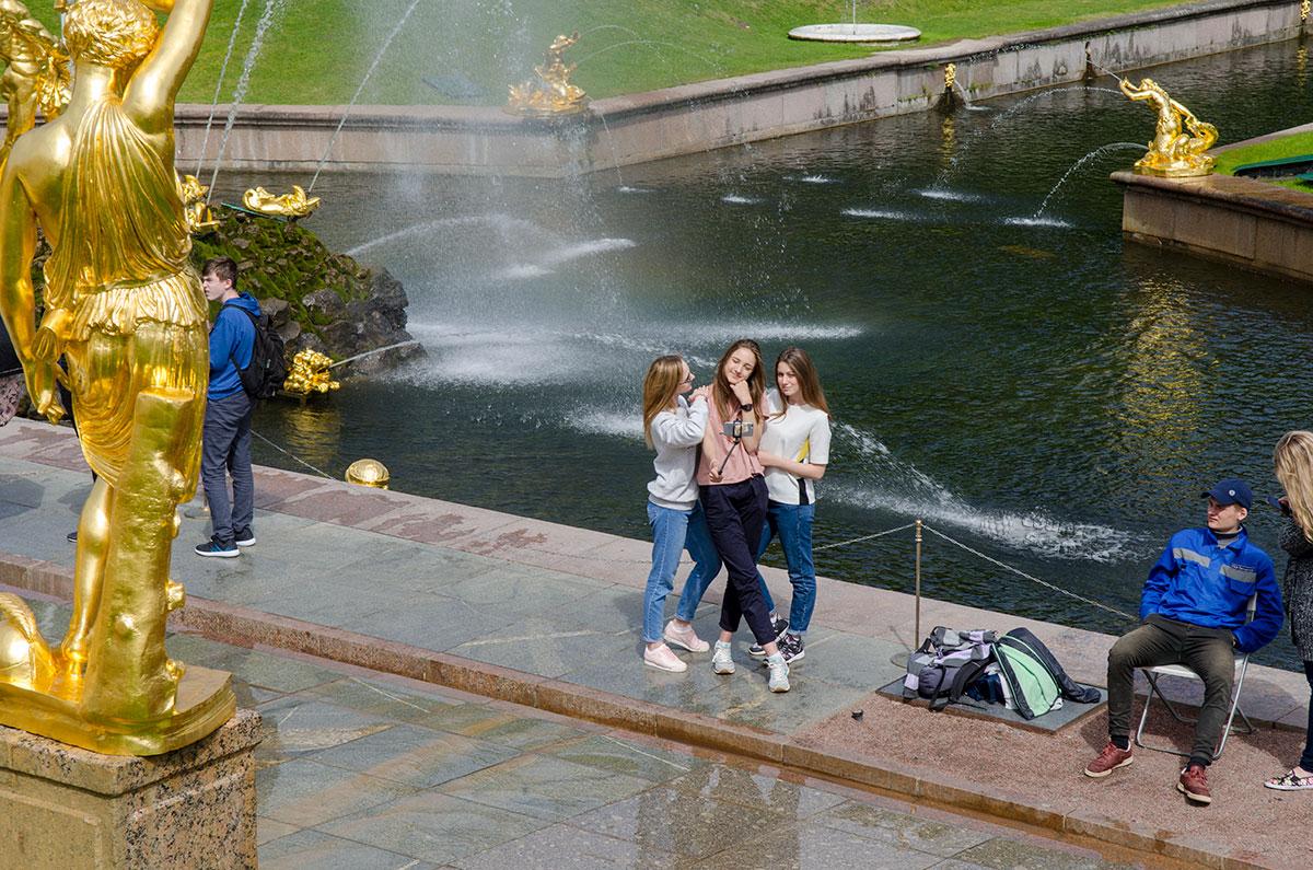 Большой каскад Петергофа закономерно является самым привлекательным местом для любителей фотографировать и фотографироваться.