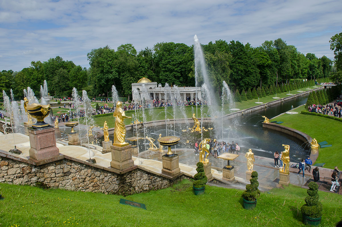 Большой каскад был запущен впервые в присутствии Петра Великого, его главного вдохновителя и непосредственного участника всех этапов работы.