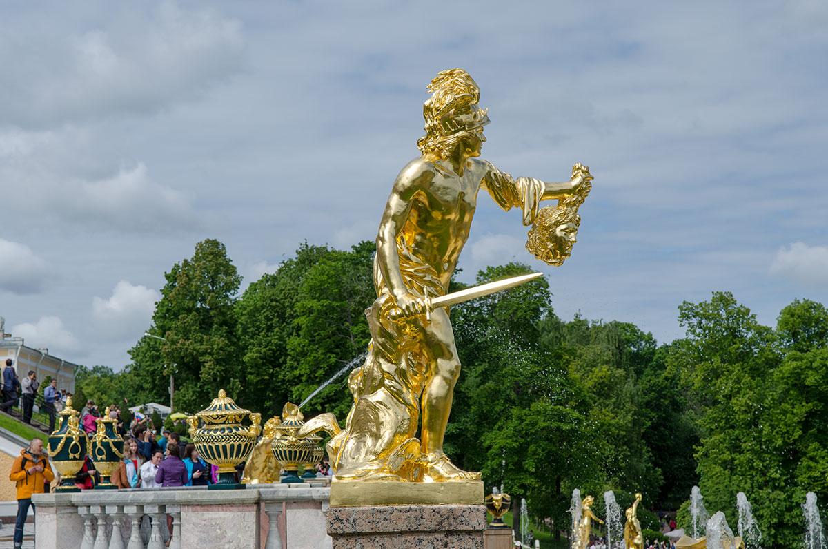Одна из замечательных скульптур Большого каскада изображает героя Персея с головой медузы Горгоны, лицом похожей на поверженного шведского короля.