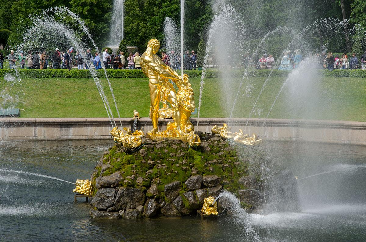 Могучего Самсона для Большого каскада изваял Михаил Козловский, автор монумента Суворову на Марсовом поле Санкт-Петербурга.