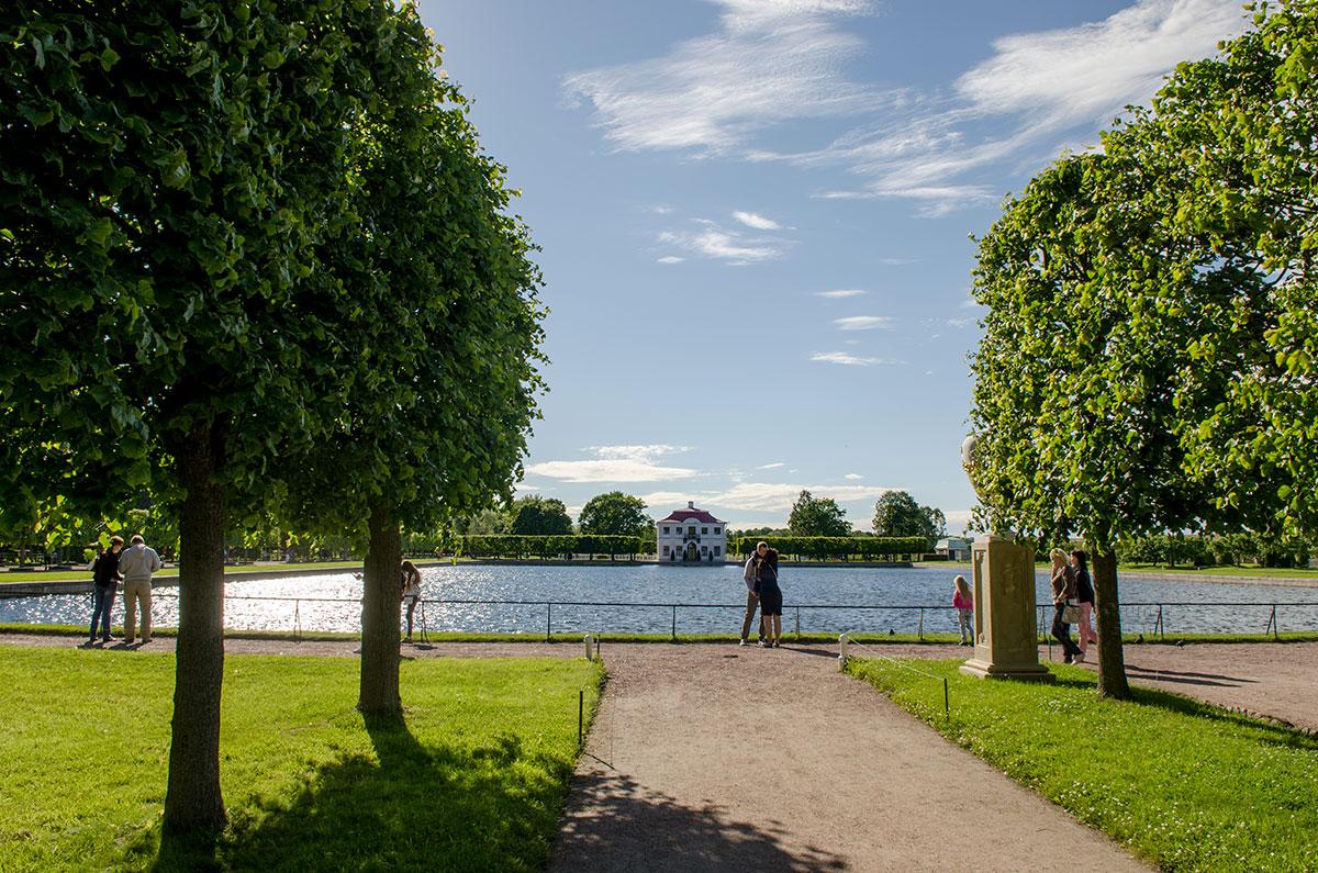 Расположенный в уединении дворец Марли в Петергофе виднеется за гладью Большого пруда, протянувшейся примерно на 170 метров.