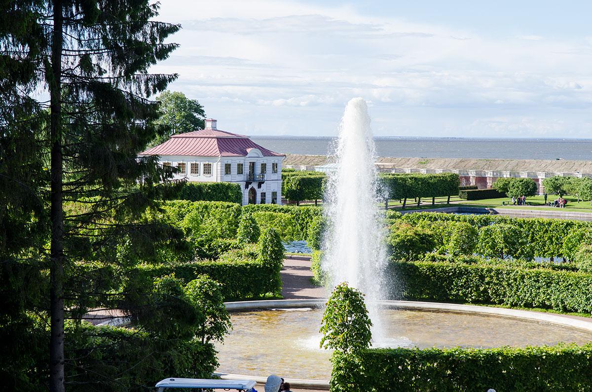 Дворец Марли в Петергофе соседствует с другой достопримечательностью, Менажерейными фонтанами возле Золотой горы.