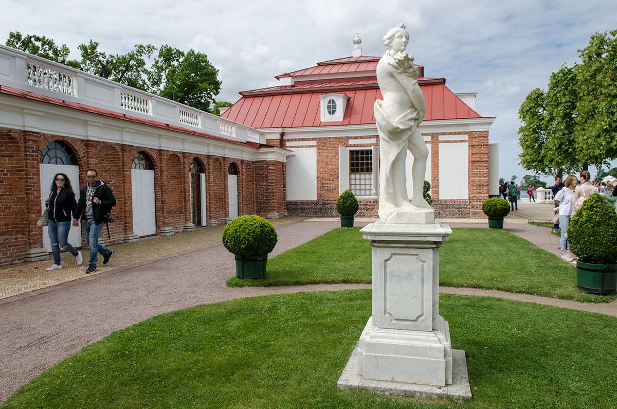 Газон перед восточной галереей дворца Монплезир представляет Лето, любовницу верховного бога Зевса, мать близнецов Аполлона и Артемиды.