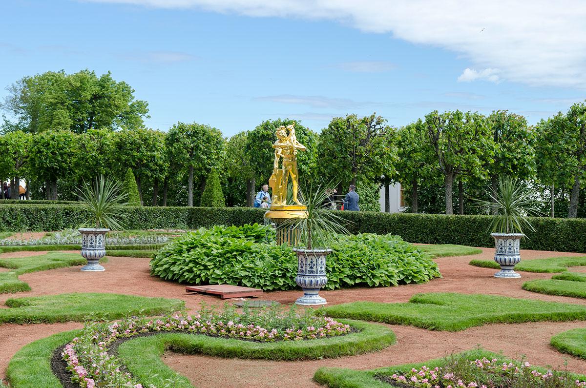 Юго-восточный партер сада перед дворцом Монплезир украшен скульптурой Фавна с традиционным козленком, постоянно его сопровождающим.