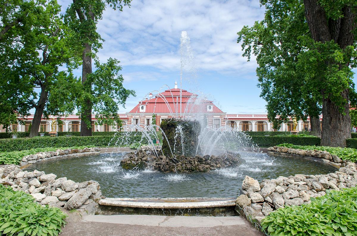 Личные покои царя Петра в Петергофе, приморский дворец Монплезир, по габаритным размерам довольно скромен, одноэтажен и неярок.