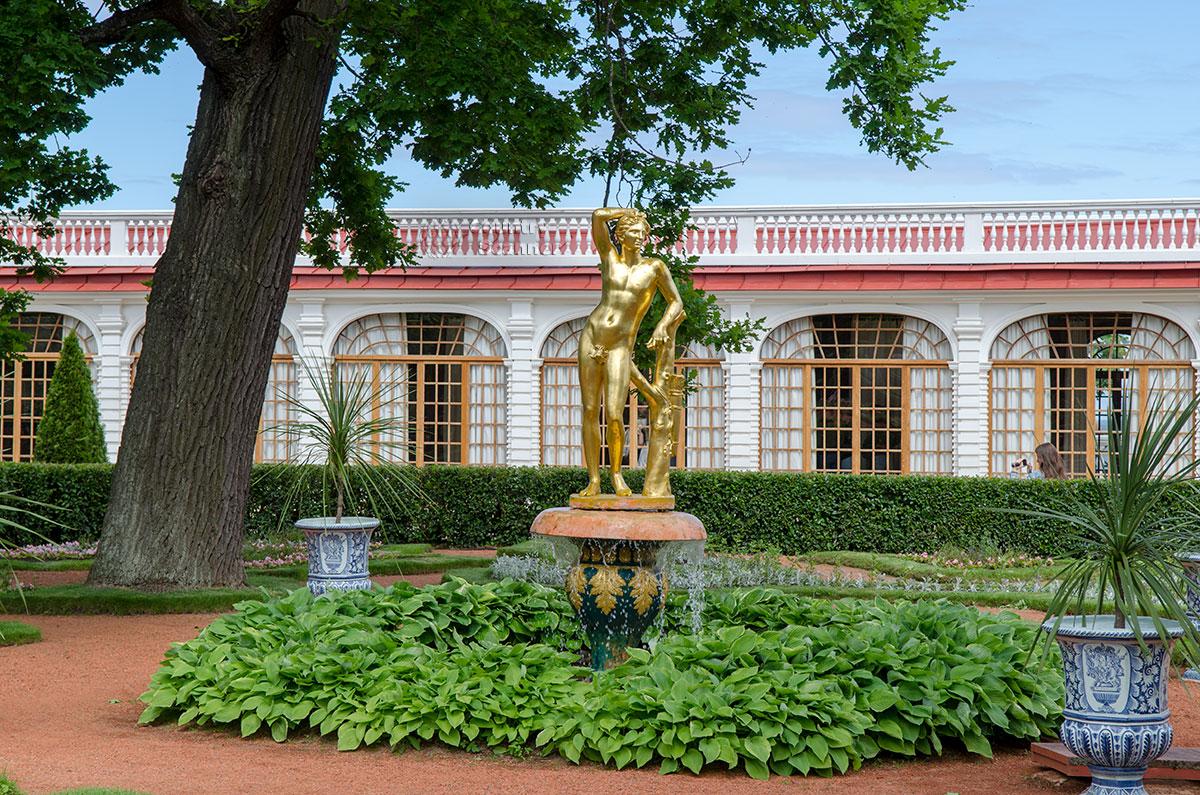 Еще один фонтан Колокол перед дворцом Монплезир служит постаментом для фигуры Аполлона, общего бога древних греков и римлян.