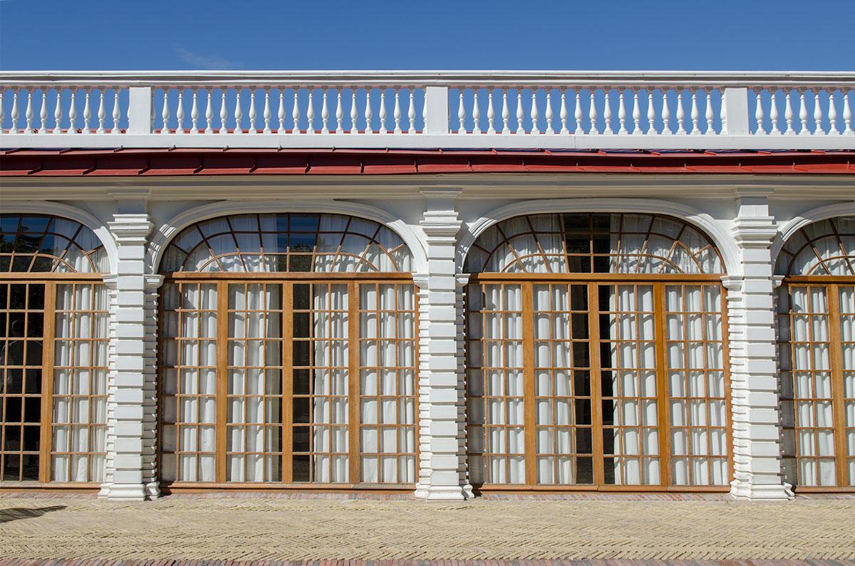 Центральное здание дворца Монплезир с боковыми флигелями соединено художественными галереями, где выставлены живописные полотна.