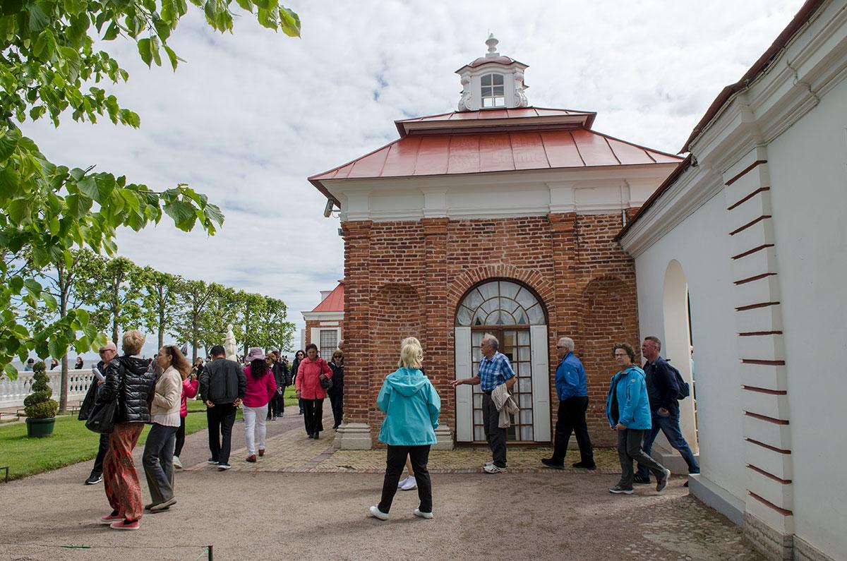 Северный фасад дворца Монплезир выходит на набережную, построенную при Петре Первом на берегу Финского залива Балтийского моря.