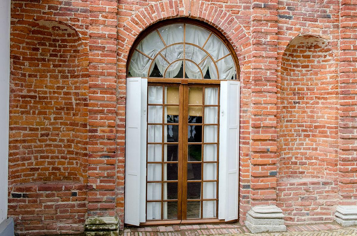 Соединяющие отдельные строения галереи дворца Монплезир с северной стороны оформлены совершенно непохожими на южные.