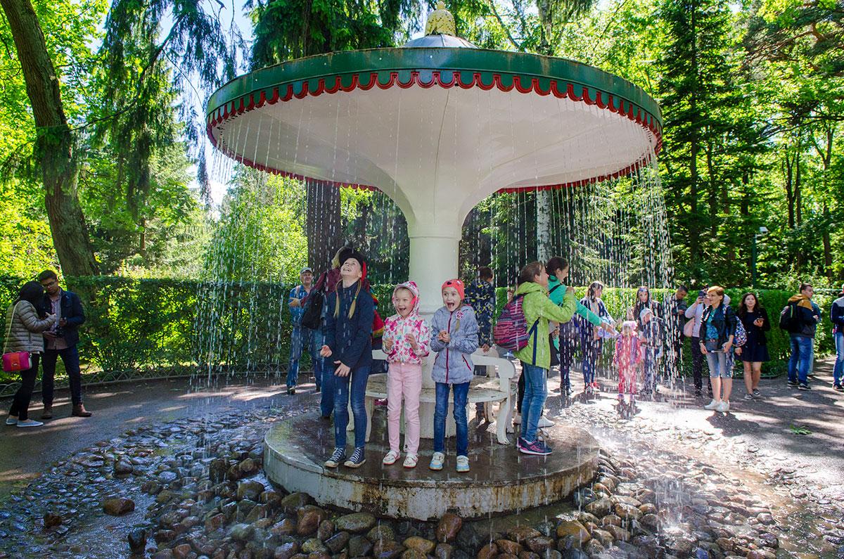 Не совсем понятно, как управляется фонтан-шутиха Зонтик, то ли воду сключают вручную, то ли это делается компьютерной программой.