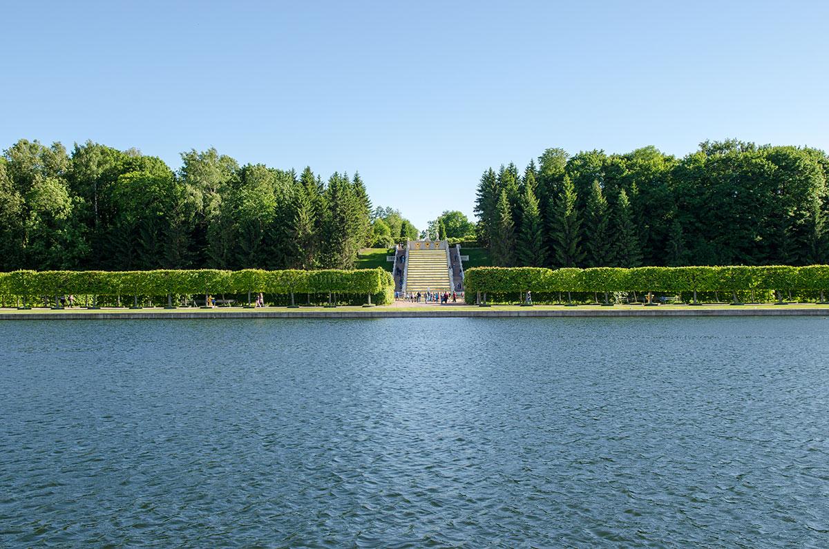 Вид на каскад Золотая гора с противоположного берега Большого пруда, расположенного восточнее дворца Марли в Петергофе.