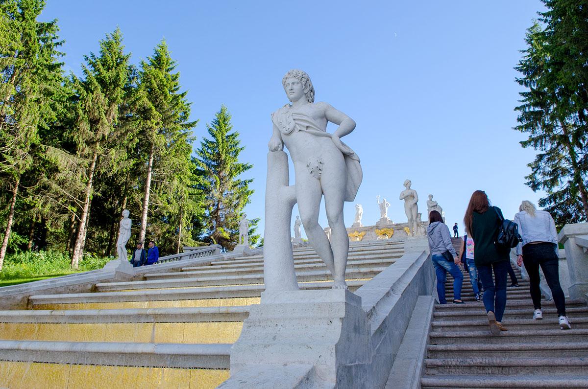 Парапеты каскада Золотая гора украшают многочисленные скульптуры древних богов, среди них общий для греков и римлян Аполлон.