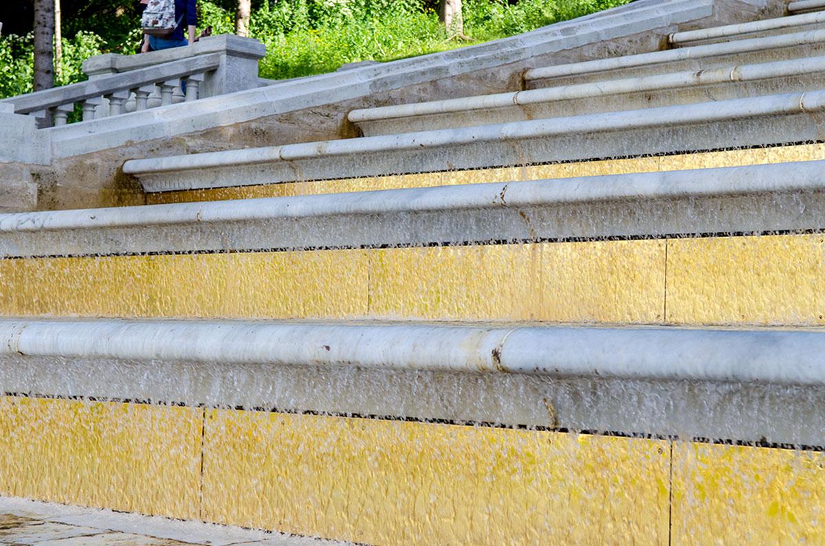 Облицевать медными позолоченными листами вертикальную часть ступеней каскада Золотая гора додумался россиянин, зодчий Земцов.