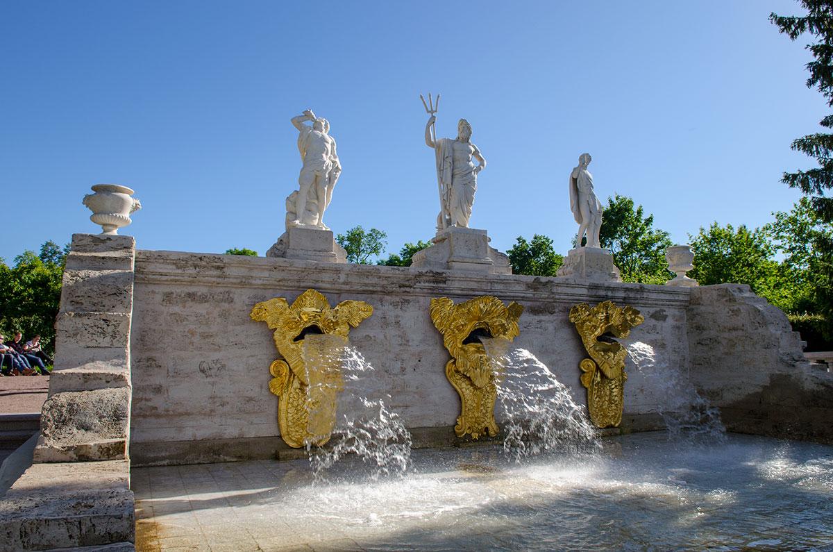 Изрыгающие воду на ступени каскада Золотая гора мониторы скрыты в барельефах голов Медуз, выполненных великим Растрелли.