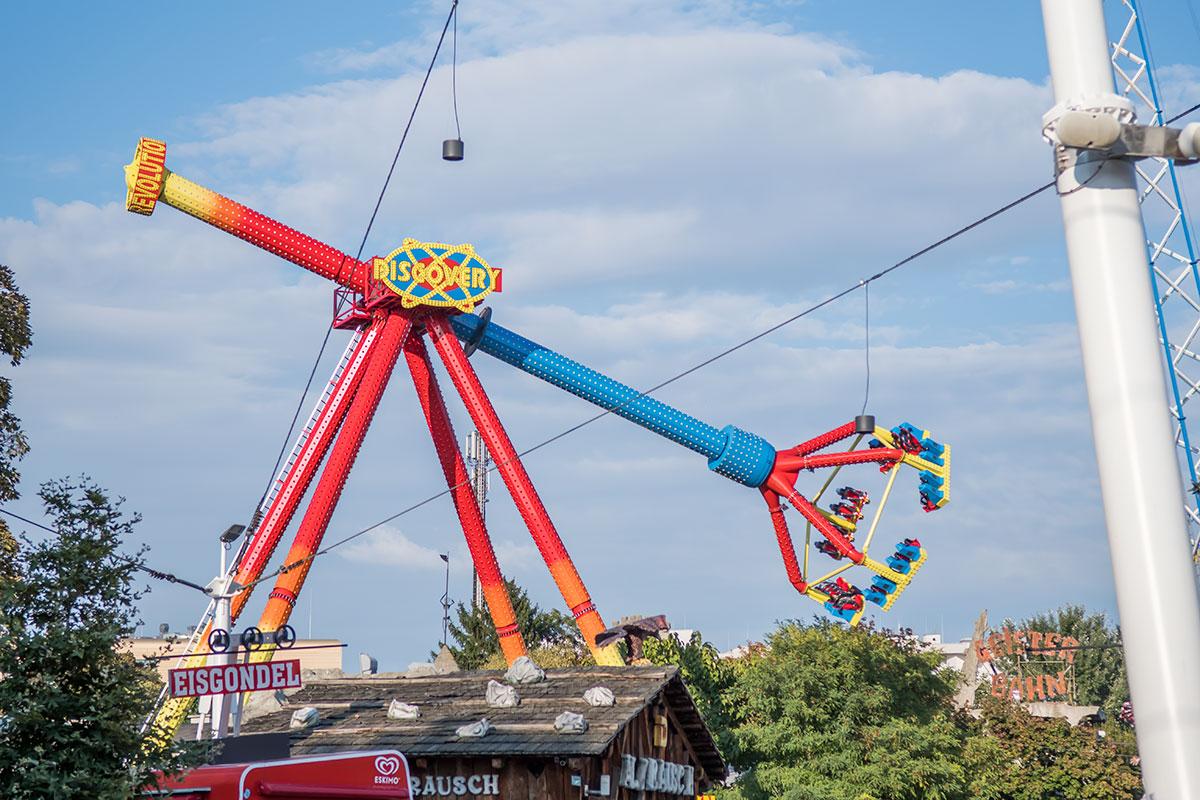 В парке Пратер несколько высотных устройств для подъема и вращения в воздухе, напоминающих гигантские детские игрушки.