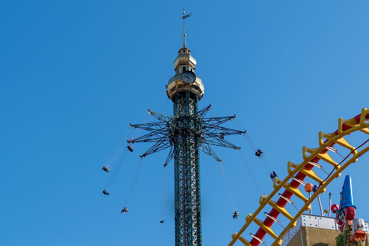 Высотная Башня Пратера является самой высокой цепочной каруселью всего мира, настоящим символом города наряду с колесом обозрения.