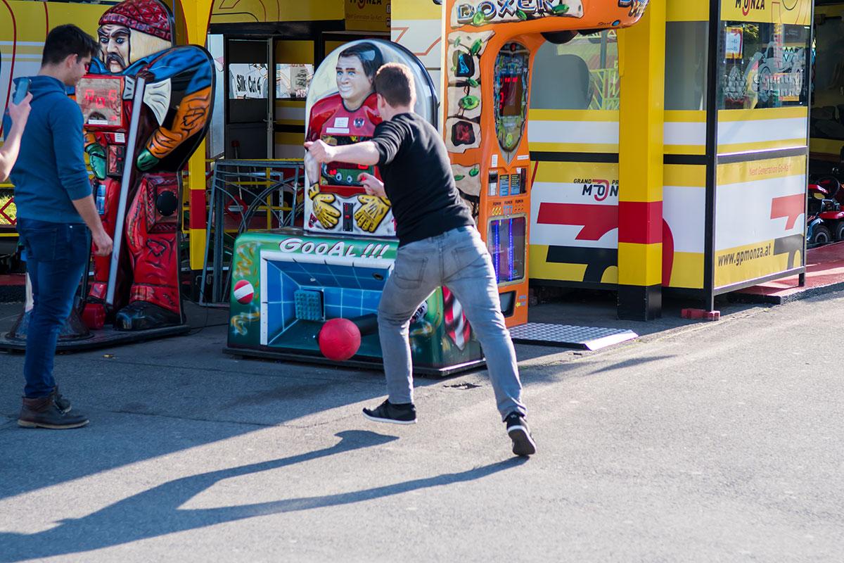 Достаточную популярность в парке Пратер имеет футбольный аттракцион – конкурс на меткость ударов, несмотря на неудачу национальной команды.