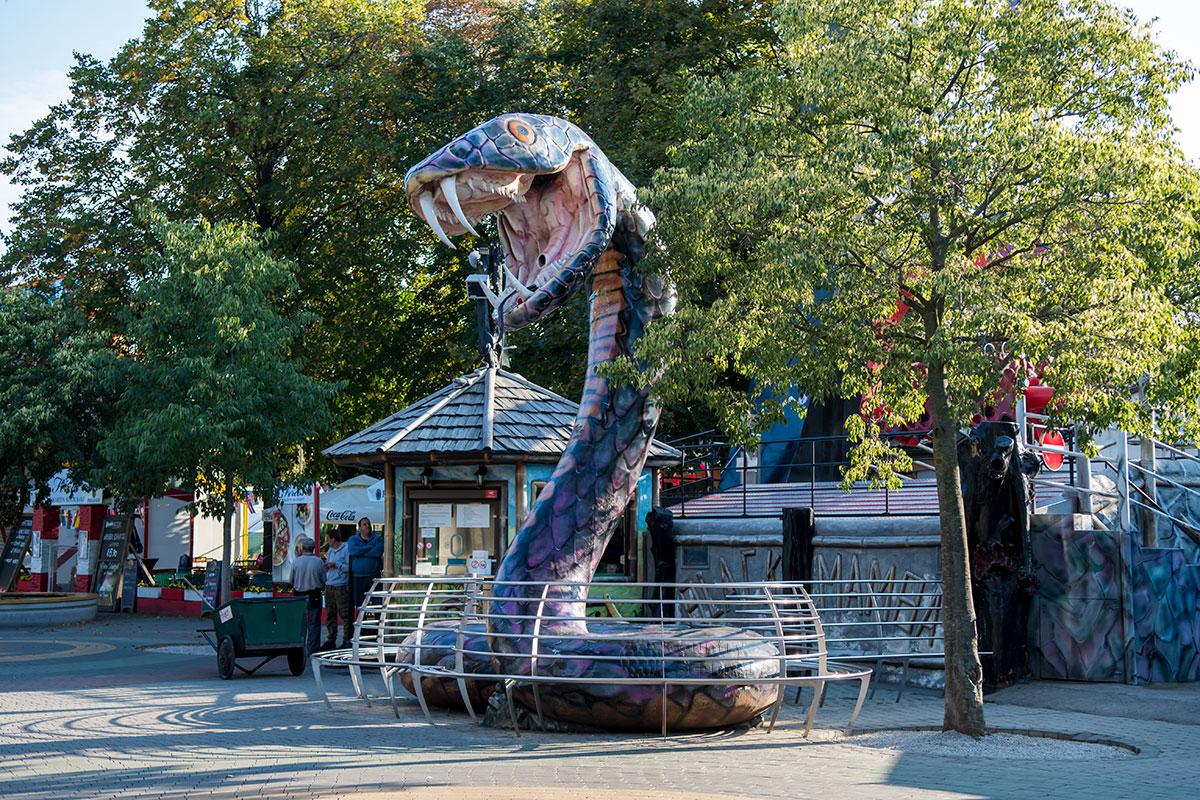 Гигантский муляж опаснейшей африканской змеи Черная Мамба в парке Пратер – всего лишь реклама одноименного аттракциона.