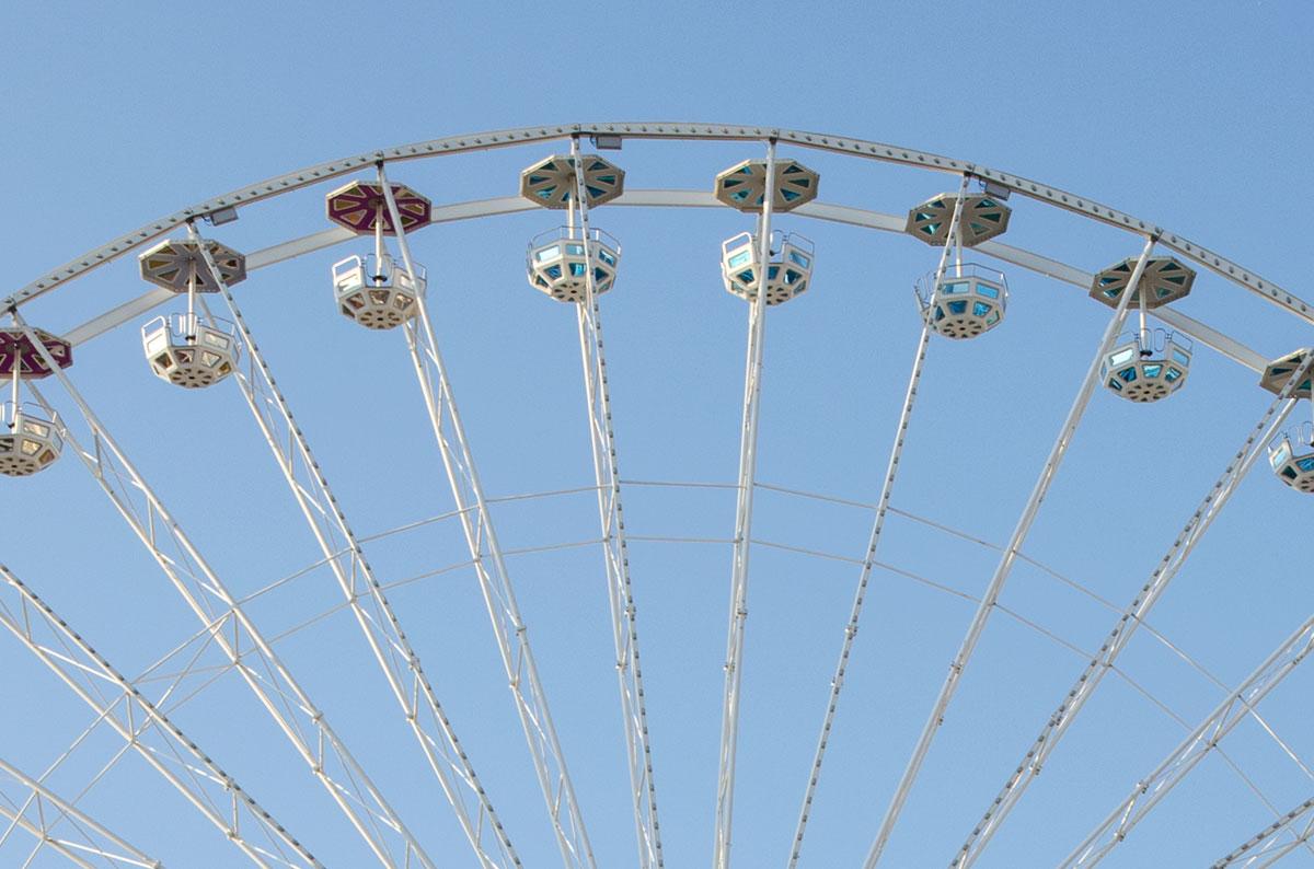 Кабинки нового колеса обозрения парка Пратер выполнены открытыми, с зонтами от солнца и осадков, чем отличаются от вагончиков старого.