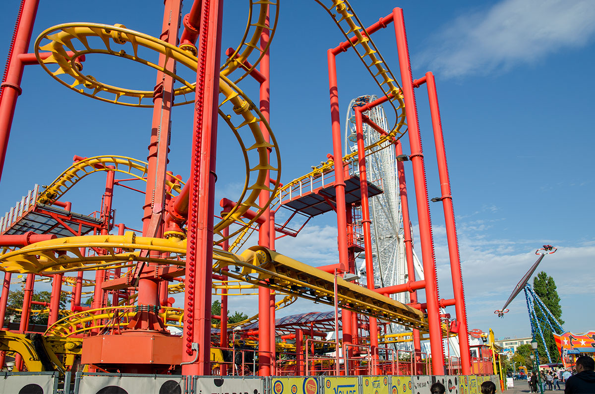 Различить составляющие элементы аттракционов парка Пратер легко по окраске, опоры у них красные, а трассы для пассажирских кабин и капсул – желтые.