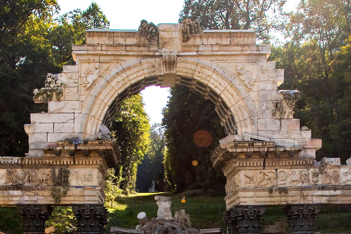 Римские руины в Шенбрунне центральным элементом имеют мощную арку в толстенных стенах какого-то здания неизвестного предназначения.