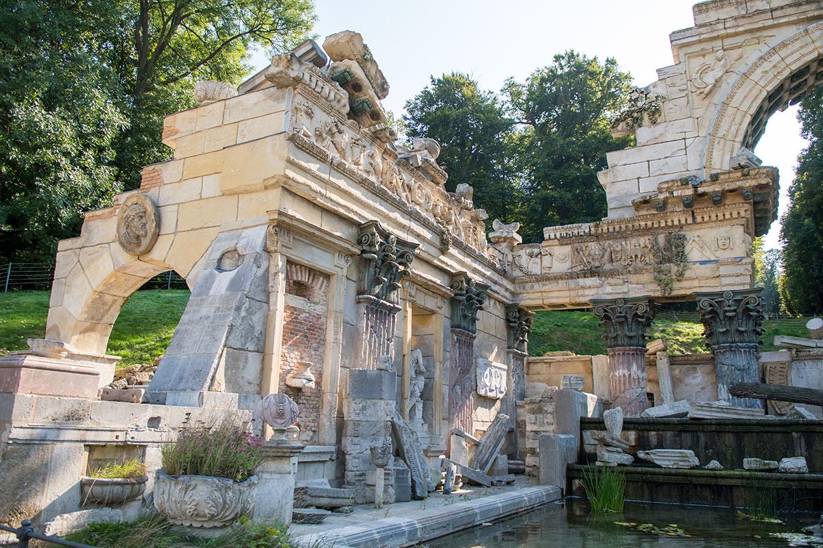 На примере северной части стен, составляющих Римские руины в Шенбрунне, желающие убеждаются в продуманности и прочности сооружения.