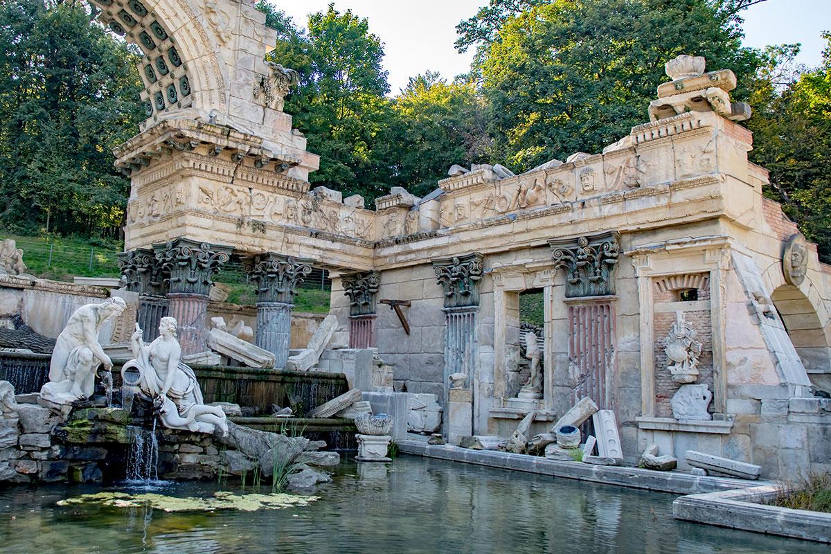 Южный фланг Римских руин в Шенбрунне наиболее благоприятен для рассмотрения деталей архитектурного облика оригинального фонтана.