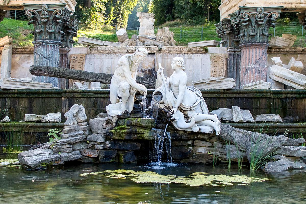 Посреди водоема на островке – главные персонажи Римских руин в Шенбрунне, урезанных по сюжету из-за сложности имитации всемирного потопа.