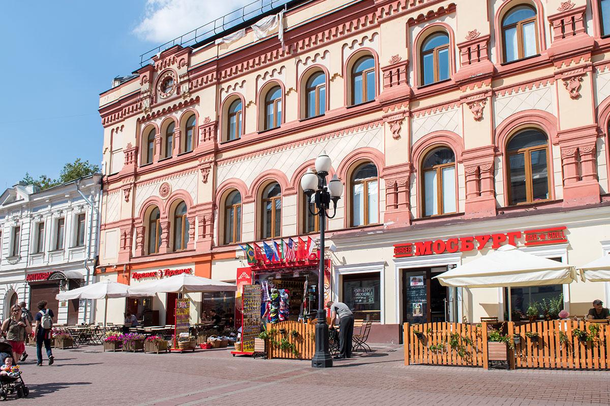 Одно из самых красочных зданий Старого Арбата превратили в элитное жилье, никоим образом не нарушив исторического облика фасада.