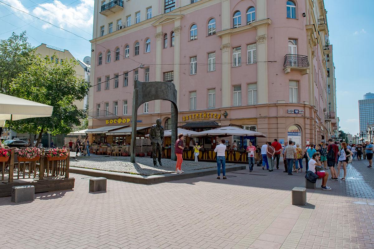 Одно из самых приметных и популярных мест Старого Арбата, памятник Булату Окуджаве, находится на перекрестке с Плотниковым переулком.
